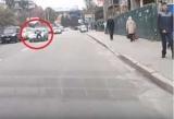 В Киеве сняли интригующее видео мужчины на капоте